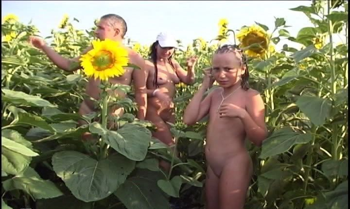 Fun Family Nudist Games - video about naturists